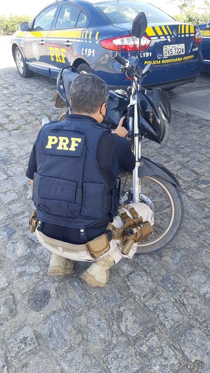 Motociclista é preso pela PRF