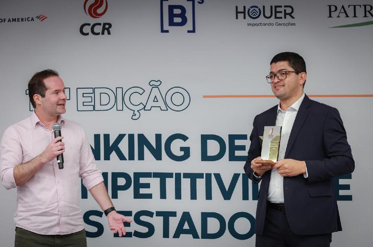 Secretário de Planejamento e Gestão, Fabrício Marques Santos, no momento em que recebe o prêmio, em São Paulo