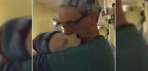 Veterinário dá colo a cadelinha que não parava de chorar após cirurgia e vídeo viraliza