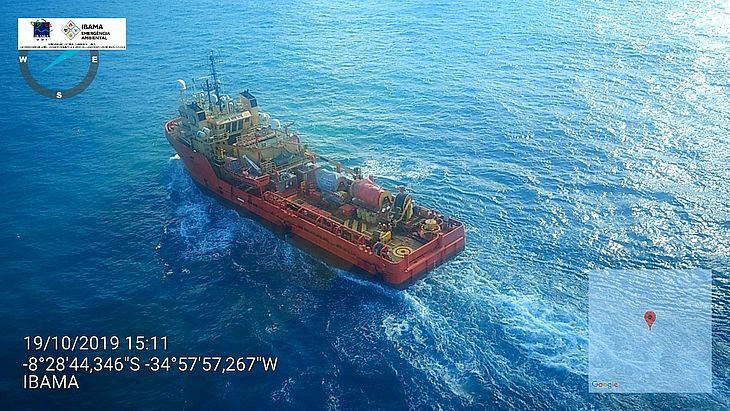 Equipes do Ibama retiram manchas de óleo no mar de Pernambuco