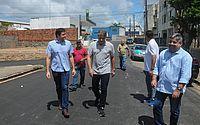 Rui Palmeira vistoria obras de pavimentação no Feitosa