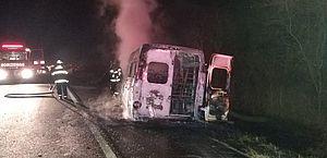 Acidente entre van, carro e moto deixa um morto e veículos em chamas no Sertão