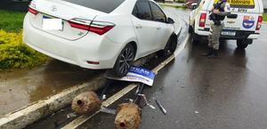 Carro invade canteiro e derruba placa de sinalização em Arapiraca