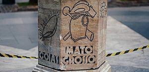 Após ser derrubado por caminhão, monumento do Marco Zero é reinstalado em SP