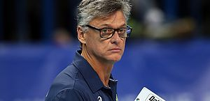 Renan Dal Zotto, técnico da seleção de vôlei, é internado com Covid