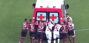 Jogadores empurram ambulância que entrou em campo para socorrer atleta