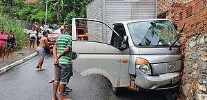 Caminhão atingiu a frente da residência