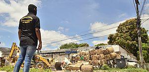 Prefeitura libera calçada ocupada irregularmente por ferro velho no Canaã