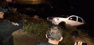 Casal joga carro contra lagoa e é preso com mais de 200 tabletes de maconha