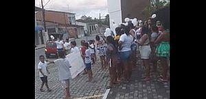 Familiares de criança estuprada fazem protesto em Santa Luzia do Norte; vídeo