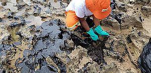 Pesquisador faz alerta para 'dano contínuo' em novos fragmentos de óleo nas praias de Alagoas