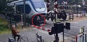 Vídeo: mulher escapa por um triz de ser atingida por trem em passagem de nível