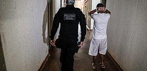 Comissão debate proposta que regulamenta porte de arma para policiais penais temporários