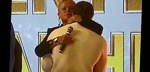 Vídeo: aos prantos, Mion é consolado por Xuxa após ganhar presente de Gugu