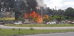 Vídeos: incêndio atinge alojamento em canteiro de obras do viaduto da PRF