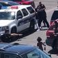 Polícia do Arizona aponta arma para família negra por furto de boneca