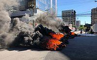 Manifestantes bloqueiam avenida na Ponta Verde para cobrar liberação de recursos