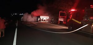 Incêndio atinge caminhão após pneu estourar na BR-101, em São Sebastião