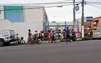 Distribuição de kits de merenda escolar gera filas em escolas de Maceió