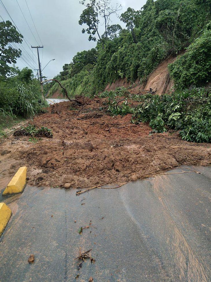 Barreira deslizou e interditou pista em Chã da Jaqueira