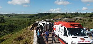 Carreta tomba e mulher morre em Junqueiro; carga de margarina foi saqueada