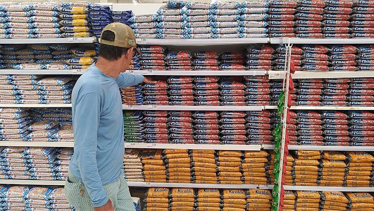 Feijão está 'sobrando' no supermercado
