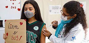 OMS nunca contraindicou vacinação de adolescentes na pandemia