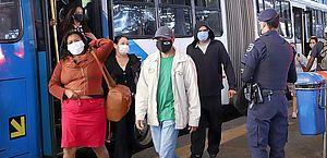 Bolsonaro veta uso obrigatório de máscara no comércio, em escolas e em igrejas