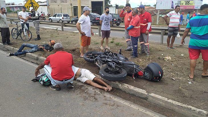Motociclistas foram arremessados no canteiro central da rodovia AL-220