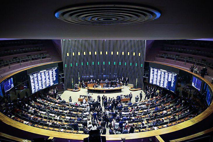 Lira levará PEC do voto impresso ao plenário da Câmara nesta terça.