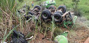 Motorista fica ferido após caminhão cair em ribanceira no interior de Alagoas