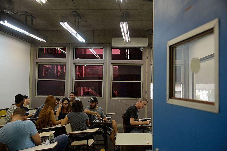 O Prouni oferece bolsas de estudo integrais e parciais (50%) em instituições particulares de educação superior
