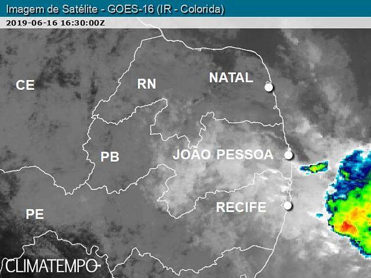 Nuvens muito carregadas próximas do litoral de PE e da PB no começo da tarde de 16/6/19