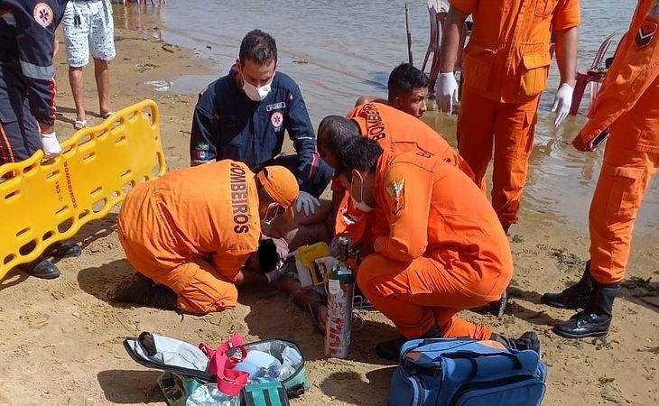 Bombeiros prestam os primeiros socorros à vítima de afogamento em Penedo