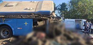 Sobe para 37 número de mortos em acidente entre ônibus e caminhão no interior de SP