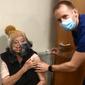 Alagoana de 87 anos recebe 1ª dose de vacina contra a Covid na Inglaterra, veja vídeo
