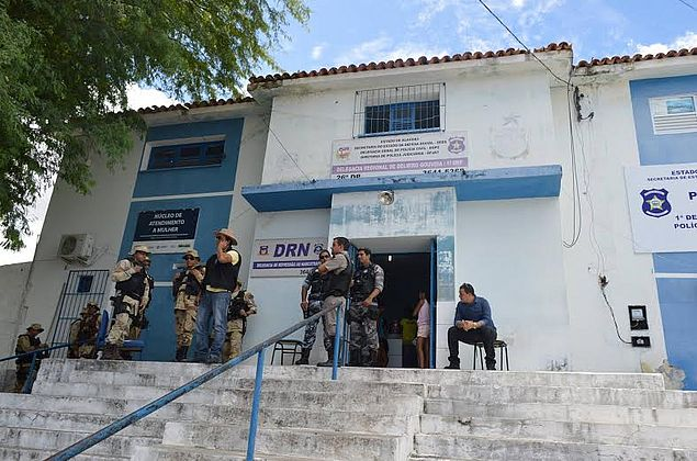 Bandidos armados assaltam restaurante e levam R$ 10 mil, em Delmiro