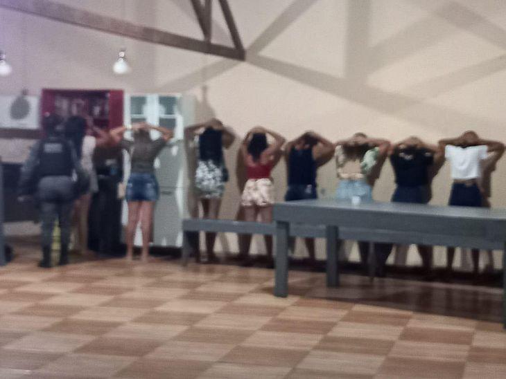 Após denúncia, PM encerra festa clandestina em Penedo
