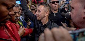 Rafinha desembarca e tem recepção calorosa da torcida do Flamengo