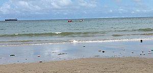 Vídeo: três pessoas são resgatadas em embarcação à deriva no Pontal da Barra