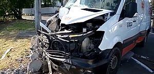 Ambulância bate em poste no Recife; motorista, paciente e mais dois ficam feridos