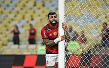 Gabigol é atingido por copo de cerveja no rosto após eliminação do Flamengo