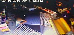 Motorista perde controle do carro e invade loja de cosméticos na Jatiúca