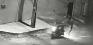 Assaltante dá golpe de voadora, derruba casal de moto e leva veículo no Ceará; vídeo