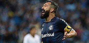 Presidente do Grêmio confirma saída de Douglas e promete homenagens