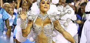 Sem tapa-sexo? Aline Riscado acaba mostrando demais em desfile