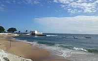 Adolescentes assaltam dois e se escondem em barco no mar de Salvador