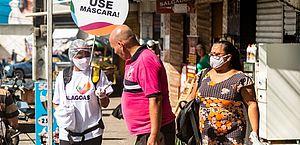 Máscaras começam a ser distribuídas em bairros com maior número de casos confirmados de coronavírus
