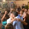 Vídeo: com 'ajudinha' de Mercury, Carlinhos Maia beija marido em público pela 1ª vez