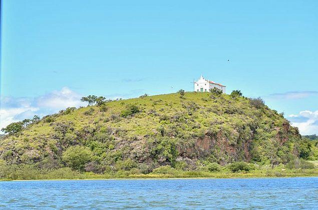 Igreja do século 17 resiste no alto de morro entre rios Ipanema e São Francisco
